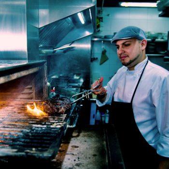 Carne a la brasa en horno de carbón en La Malinche Santander