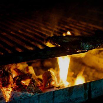 Asando carne con el horno de carbón de encina