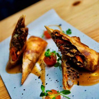 Rollito chino de pato confitado y verduritas con salsa tonkatsu